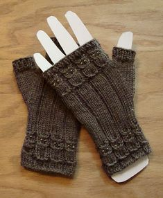 Bead Knitter Gallery: Owlings II Notes to improve the owl fingerless mitts. Fingerless Gloves Knitted, Crochet Gloves, Knit Mittens, Knit Or Crochet, Knitted Hats, Knitted Owl, Knitting Stitches, Knitting Patterns Free, Knitting Yarn