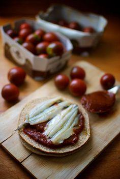 tosta de boquerones con chutney de tomate