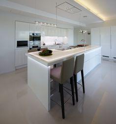 Valaistus ja saarekeratkaisu tuoleilla/laatikoilla Interior Design Inspiration, Table, Furniture, Home Decor, Houses, Decoration Home, Room Decor, Tables, Home Furnishings