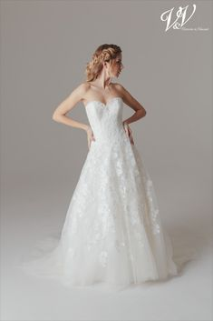 A sexy princess wedding dress with a lace-up back. Very high quality lace. Romantic Princess, Princess Wedding, Bridal Gowns, Wedding Dresses, Bridal Collection, Supermodels, Catwalk, Victoria, Fashion Show