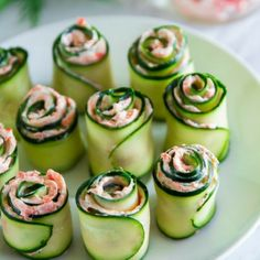 smoked salmon cucmber rolls (replace cream cheese w cottage cheese ? easy smoked salmon cucmber rolls - maybe adding a little horseradish? The best smoked salmon cucumber appetizers. Thinly sliced cucumber rolled up with smoked salmon cream cheese spread Cucumber Appetizers, Yummy Appetizers, Appetizers For Party, Appetizer Recipes, Seafood Recipes, Cucumber Recipes, Vegtable Appetizers, Seafood Dip, Canapes Recipes