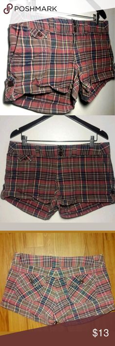 America  Eagle Womens Plaid Short Shorts Size 10 AMERICAN EAGLE OUTFITTERS WOMEN'S PLAID SHORT SHORTS SIZE 10 COTTON  Pre-owned in Excellent condition  Thank you for Looking & Sharing Happy Poshing😄 American Eagle Outfitters Shorts