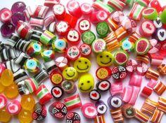 Hace menos de 100 años los caramelos eran fabricados por Maestros en el arte de la confección, que aprendían el trabajo de sus padres, o en las Escuelas de Artes y Oficios.Luego de la Segunda Guer...