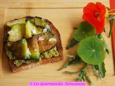 Tartine aux courgettes grillées sur lit de houmos aux petits pois et fèves (Vegan)