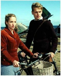 Awww, look at sweet young Sam Heughan! What a cutie! And Joanne Froggatt. Sam Hueghan, Sam And Cait, Sam Heughan Caitriona Balfe, Sam Heughan Outlander, Outlander Casting, Outlander Series, Sam Heughan Actor, Legendary Monsters, Scottish Actors