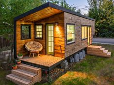 7 Extraordinary Inspirations of Modern Tiny House Design - Having a small living space doesn't prevent you from pursuing your dream home. Surprisingly, a modern tiny house design can give you more in return. Learn more here. Building A Tiny House, Tiny House Plans, Tiny House On Wheels, Build House, Tiny House Exterior Wheels, Building Art, Building Plans, Best Tiny House, Modern Tiny House
