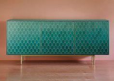 Bethan Gray pour Shamsian. La collection Nizwa est faites avec un érable teinté. Les motifs sont conçu à la main par une superposition en laiton, créant une esthétique unique et contemporaine.
