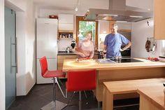 Dreizeilige Buchenküche mit Glasfronten