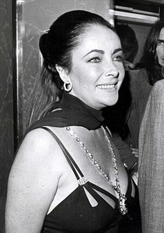 Elizabeth Taylor wore the Bulgari Sautoir necklace for an evening out with husband Richard Burton, which they spent at the Dorchester hotel