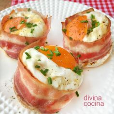 Estos nidos de huevos con bacón y pan de molde son un recurso fácil y rico para sorprender a invitados y también a los peques.