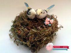 """Bom dia meus amores… Já contei que planejando meu casamento eu me sinto a Laurinha do Carrossel? Principalmente quando ela dizia: """"Ahhh, isso é tão romântico!!!"""" *-* E nessa linha do """"tão romântico"""", hoje nós vamos aprender a fazer um porta-alianças com direito a ninho de amor e casal de passarinhos. E como o mês …"""