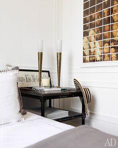 Фрагмент хозяйской спальни. Муж Лоренцы увлекается фотографией и коллекционирует снимки, поэтому они развешаны по всему дому.