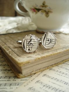 What a sweet wedding gift for a musically-inclined groom! :) Harmony cufflinks from Etsy.