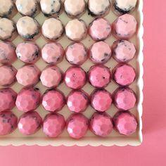 • Gemas de Chocolate Blanco y Oreo • en degradé de Rosa Pedidos y consultas contacto@kekukis.com.ar #gemas #chocolategems #kekukis #oreo #chocolate #pastry