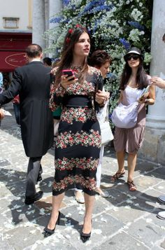 Julia Restoin-Roitfeld at wedding of Caroline Seiber. Julia Restoin Roitfeld, Parisian Wedding, Wedding Guest Style, Modest Fashion, Skirt Fashion, Outfits Fiesta, Hollywood, Floral Midi Dress, Midi Skirt