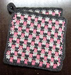 Silmukanjuoksuja: Briketti-patalappu -ohje Love Crochet, Diy Crochet, Crochet Crafts, Crochet Projects, Crochet Potholders, Crochet Squares, Sewing Patterns, Crochet Patterns, Crochet Kitchen