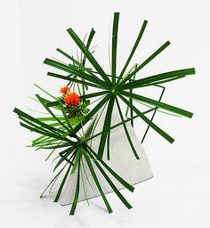 Ikebana Class Ikebana Flower Arrangement, Ikebana Arrangements, Flower Arrangements Simple, Topiary Centerpieces, Ikebana Sogetsu, Line Flower, Branch Decor, Modern Backyard, Ceremony Decorations
