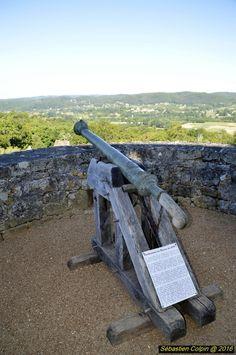 Le château de Fénelon, classé monument historique, est situé dans le département de la Dordogne au centre du triangle formé par les villes de Sarlat, Souillac et Gourdon. Il se dresse sur les hauteurs de la commune de Saint-Mondane d'où il domine les vallées de la Dordogne et de la Bouriane. La forteresse médiévale est implantée sur les terres du Périgord noir, célèbre pour ses truffes et son foie gras et dont la capitale est Sarlat-la-Caneda. Le château a été la demeure natale de…