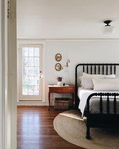 Trendy bedroom black and white decor apartments beds Ideas Clean Bedroom, Bedroom Black, Home Bedroom, Peaceful Bedroom, Bedroom Interiors, Master Bedroom, Farmhouse Style Bedrooms, Farmhouse Bedroom Decor, Sweet Home