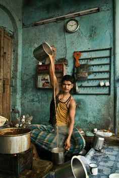 Chai garam chai Photo by Mitul Shah -- National Geographic Your Shot Chai, India Culture, Tea Culture, We Are The World, People Around The World, Namaste, Travel Photographie, Mother India, Amazing India