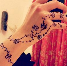 In our school we were not allowed to apply mehndi even during Eid because the brownish orange colour of henna would stay for atleast 2 wee. Henna Tattoo Hand, Henna Tattoos, Simple Henna Tattoo, Vine Tattoos, Rosen Tattoos, Tattoos Skull, Henna Tattoo Designs, Henna Mehndi, Henna Art