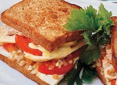 """O <a href=""""http://mdemulher.abril.com.br/culinaria/receitas/receita-de-sanduiche-frango-tomate-594837.shtml"""" target=""""_blank"""">sanduíche de frango com tomate</a> fica tão bom grelhado quanto frio!"""