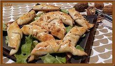 La meilleure recette de Mini-Croissants Gorgonzola et Noix! L'essayer, c'est l'adopter! 0.0/5 (0 votes), 1 Commentaires. Ingrédients: 1 pâte à pizza     100g de gorgonzola     50g de noix     Miel liquide     1 jaune d'oeuf