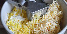 Lahodný syrovo-vajíčkový šalát - mojekuchyn Salad Recipes, Macaroni And Cheese, Grains, Salads, Food And Drink, Ethnic Recipes, Cooking, Mac And Cheese, Seeds