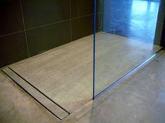 MODE CONCRETE: Modern Open Concept Bathroom - featuring a concret...