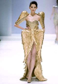 avant garde couture fashion Every time a model trips, an angel gets its wings. SHE LOVES FASHION: Zhang Jingjing Haute Couture S/S 2013 Weird Fashion, Gold Fashion, Runway Fashion, Fashion Art, Fashion Show, Fashion Design, Net Fashion, Latest Fashion, Fashion Trends