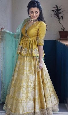 25 Karva Chauth 2020 Outfit Images Party Wear Indian Dresses, Designer Party Wear Dresses, Indian Gowns Dresses, Indian Bridal Outfits, Dress Indian Style, Indian Fashion Dresses, Indian Designer Outfits, Pakistani Dresses, Indian Designers