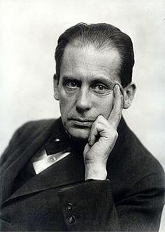 Walter Gropius (Berlin, 18 mai 1883 - Boston, 5 juillet 1969) est un architecte, designer et urbaniste allemand, plus tard naturalisé améric...