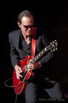 Joe Bonamassa (Utica, New York, 8 mei is een Amerikaanse blues- en… Music Love, Music Is Life, Rock Music, My Music, Joe Bonamassa, Blues Artists, Music Artists, Music Guitar, Playing Guitar