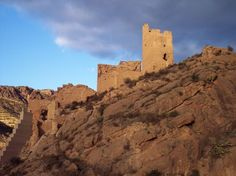 Aquí se puede ver el Castilla de Alhama, en Murcia, provincia de España. Las murallas que rodean a este castillo se conocen como murallas cremallera, llamadas así porque dibujan en planta sucesivos ángulos o recodos que sustituyen a las torres militares de defensa utilizadas en tiempos de al-Ándalus.