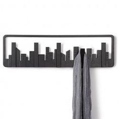 Skyline knagerække - Lækker knagerække fra Umbra. Har 5 knager der vipper ned ved brug. Findes i hvid og sort.
