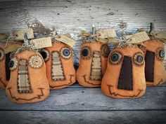 Hottest Snap Shots Primitive Decor folk art Ideas Collections of older binoculars, retro along with copy home furniture, in addition to artfully constructed vignettes ins Primitive Halloween Decor, Primitive Autumn, Primitive Pumpkin, Primitive Crafts, Primitive Christmas, Rustic Halloween, Primitive Country, Vintage Halloween, Fall Halloween