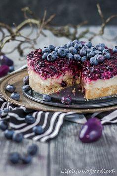 Blaubeer-Torte mit Creme-Füllung und Mandelboden