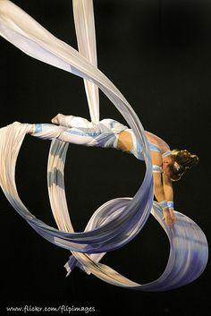 Aerial Silks Drop Love the look of the silks in motion! Aerial Acrobatics, Aerial Dance, Aerial Hoop, Aerial Arts, Aerial Silks, Circus Photography, Aerial Photography, Amazing Photography, Silk Dancing
