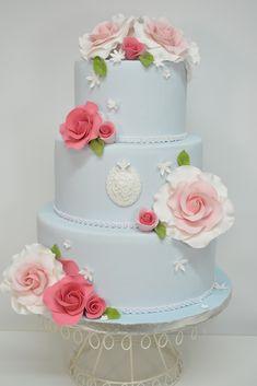 En Lily Monet creemos en un enfoque verdaderamente personal. Reconocemos que una celebración tan importante merece un pastel muy especial y es por eso que hacemos todo lo posible para crear el pastel de boda de tus sueños. Reconocido por diseños irresistiblemente bonitos y elegantes que no sólo son visualmente impresionantes, sino que también tienen un sabor delicioso.
