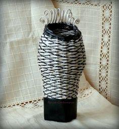 Вазочка, газетная бумага, папье-маше, тонкий шнур, пластмассовые бусины.