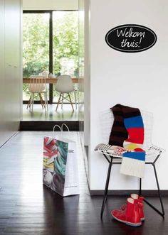 Geef een kleurboost aan je interieur met mini-eyecatchers. Foto: www.colora.be (witte muren • modern)