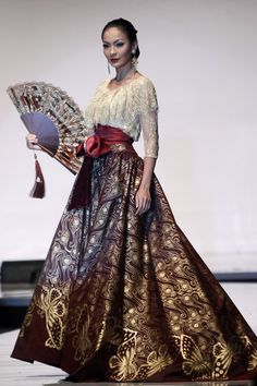 Its like indonesian gone with the wind.... By Ramli (click on the link below to see several beautiful creations by various fashion designers. Also explains Bi Batik, a fusion of various styles).