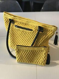 Opskrift på Gul Hverdagstaske - DEL 1 - del1 Crochet Tote, Knit Crochet, Yarn Crafts, Home Crafts, Diy Jewelry Holder, Knitted Bags, Purses And Bags, Crochet Patterns, Tote Bag