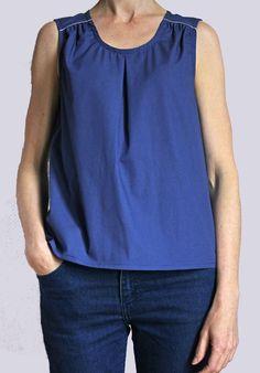 Top en coton bleu à petits pois blancs, plis devant, empiècements froncés aux épaules, biais argent