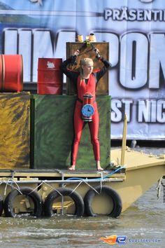28/31   Photo du water stunt show, Jim Bond H2O situé à Holiday-Park (Allemagne). Plus d'information sur notre site http://www.e-coasters.com !! Tous les meilleurs Parcs d'Attractions sur un seul site web !!