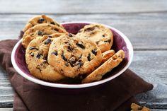 Biscoitos com gotas de chocolate Misture 2 bananas com aveia, acrescente gotas de chocolate e leve ao forno por 15 minutos a 180°.