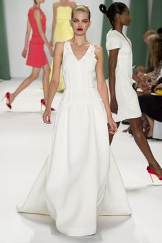 Le défilé Carolina Herrera printemps-été 2015 http://www.vogue.fr/mariage/tendances/diaporama/les-robes-blanches-de-la-fashion-week-printemps-ete-2015/20602/image/1101988#!le-defile-carolina-herrera-printemps-ete-2015