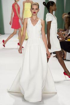 Le défilé Carolina Herrera printemps-été 2015 http://www.vogue.fr/mariage/tendances/diaporama/les-robes-blanches-de-la-fashion-week-printemps-ete-2015/20602/image/1101988#!le-defile-carolina-herrera-printemps-ete-2015