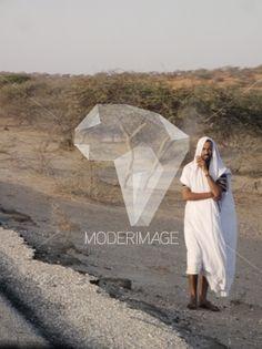 Homem de branco/Man in white by Vítor Gordo – Moderimage
