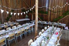 Bröllopsfest i en lada   Josefin Knave – bebis och bröllop Big Day, Wedding Venues, Table Decorations, Mamma, Juni, Weddings, Wedding Reception Venues, Wedding Places, Wedding